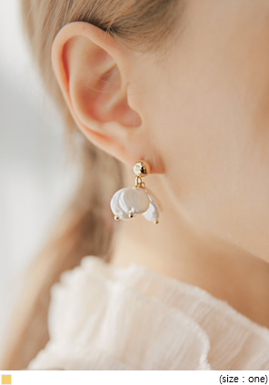 [JEWELRY] PETAL PEARL DROP EARRING