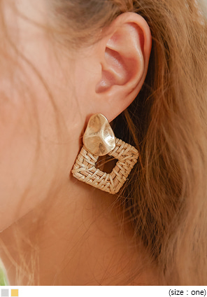 [JEWELRY] DOE SQUARE RATTAN DROP EARRING